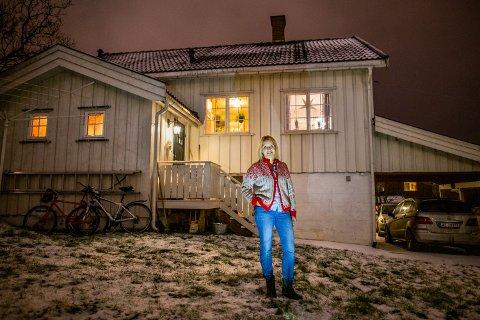 Huset til Hege Riise på Busmoen i Lillehammer er fra 1952 og ligger helt i hjørnet av en stor tomt, med en stor hage bak huset. Sveip til høyre i toppbildet for å se flere bilder fra huset.