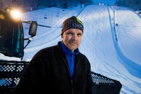 Roy Vangli har ansvar for at Lysgårdsbakkene skal være et hoppanlegg i verdensklasse. I vinter har imidlertid løssnøkjørere på ski gjort jobben vanskeligere.
