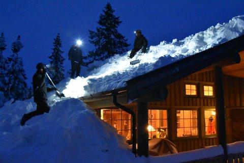 Måker snø *** Local Caption *** KVELDSJOBB: De måker snø hver kveld og fiansierer russebussen sin.