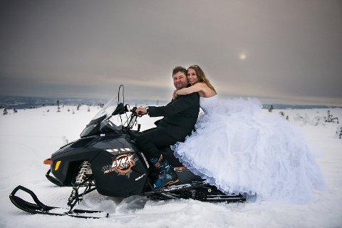 – Ski og snøscooter er en del av vår historie sammen, så dette var veldig riktig for oss, sier Linda Flenes og Brynjulv Wasa.