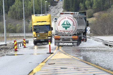 E6 12. mai ved Åttekanten Kro. Kun tunge kjøretøyer får passere.