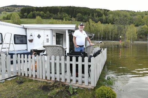 Finn Løkken fra Hole, følger spent med på vannstanden i Lågen. Campingvogna hans ligger utsatt til. Litt av en debut som campinggjester på Mageli Camping.