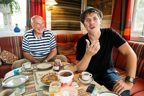 BESTEVENNER: Arne Ulvolden og Samuel Massie i serien Samuel og bestefar TV2.