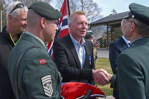 DEKORERT: Thom-Erik Gruer blir tildelt Forsvarets medalje for internasjonale operasjoner av oberst Knut Ivar Rønning.