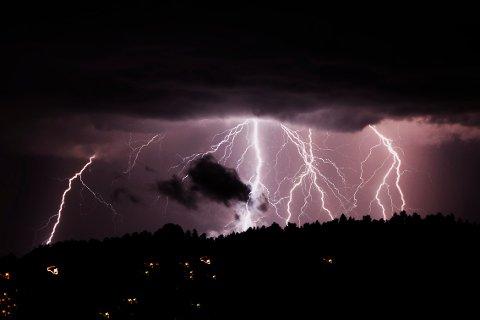 Lyn og torden kommer med den varme luften fra Sverige, ifølge meteorologen. (Illustrasjon)