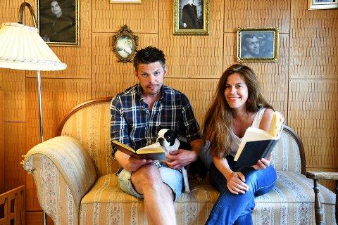 KJÆRLIG TVANG: NRK-journalist Christine Lossius Thorin hadde ikke lyst til å lese Kristin Lavransdatter. Kollega Jørgen Strickert mener hun må. I midten hunden Patti, som alltid er med.
