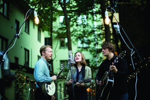 FOLK-MUSIKK: Darlig West består av Mari og Tor Egil Kreken og Kjetil Steensnæs.