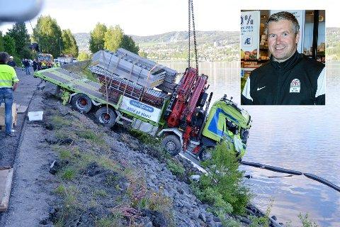 AV VEGEN: Tore Nestaker (innfelt) kjørte lastebilen som feide over motgående kjørefelt og ut i Mjøsa for tre år siden.