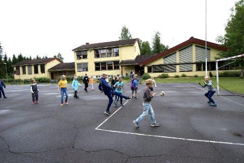Den siste leken. I generasjoner har barn lekt ute i friminuttene på Buvollen skole. Nå er det slutt.
