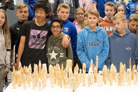 Eleven ved Moelv skole har laget utallige trefigurer til Emil-forestillingen.