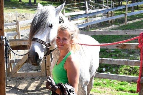 """""""Hestejenta"""" Eldrid Øien får jobbe sammen med hesten Assirat og mange andre gode kolleger, både to- og firbeinte."""