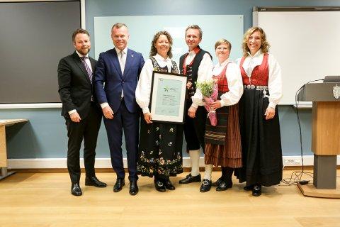 TILDELT: Lillehammer-regionens representanter har fått tildelt «Merket for bærekraftig reiseliv» av næringsminister Torbjørn Røe Isaksen (t.v.).