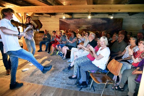 EXTRA-EXTRA: Ellevill jubel i fullsett stall da Vegar Vårdal, Mads Erik Odde og Inge Gjevre med premierekonsert på Kleppe kulturarvhotell måndag kveld.