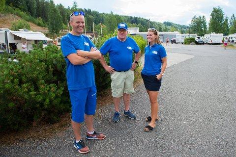 Daglig leder Svein Lunn, estyreleder Geir Enger og resepsjonsansvarlig Pernille Enger Lunn kan smile av at det er stappfullt på Lillehammer camping.