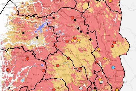 De gule områdene på kartet er områder med kategorien lav grunnvannstand, mens de røde områdene er klassifisert som svært lav grunnvannstand. Prikkene på kartet er de ulike målestasjonene til NVE, og fargekategoriseringen er den samme. De svarte prikkene er kategorisert som manglende verdi for måling.