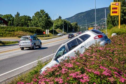 En bil trillet ut i grøfta like ved E6 på Vingnes.