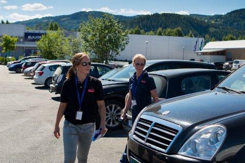 Seniorinspektørene Gidske Kvasnes Reisvaag og Rigmor Einstad Rikje fra Mattilsynet var tirsdag på parkeringsplassene rundt Strandtorget for å føre tilsyn med hunder i varme biler. Det ble heldigvis ikke funnet noen hunder i bilene.