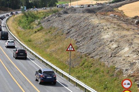 Tunell: Regn med lange køer rundt Skarpsnotunellen, der det nå blir stadige sprengninger.