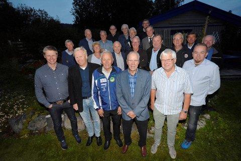 Kai Nilsen (fremst i blå treningsjakke) med gjester under feiringen av 80-årsdagen hjemme hos seg i Søre Ål, 27. august 2018.