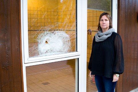 Jennie Furulund synes det er ekkelt at noen har brutt seg inn i barnehagen. Her står hun foran et av de knuste vinduene.