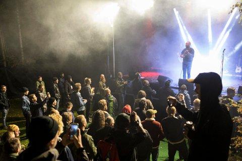 Ti band sto på scenen på Harpefoss Hardcorefestival i 2018. Det to dager lange arrangementet samlet 40 musikere, 25 frivillige og 81 publikummere.
