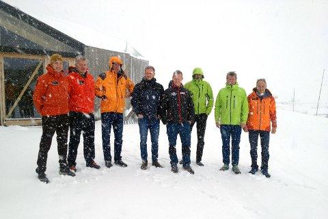 I helga er redningsmannskaper fra hele Norge samlet på Sognefjellet og Sognefjellshytta for å øve seg på redningsaksjoner. Her er et utvalg fra 330 skvadronen, CHC Helikopter Service, Norsk Luftambulanse, Hovedredningssentralen, og Norske Alpine Redningsgrupper samla fredag formiddag foran Sognefjellshytta i snøværet.
