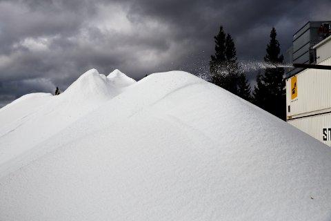 Snøen ligger klar for utkjøring på Natrudstilen på Sjusjøen.