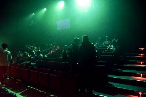 Publikum i Otta kino og kulturhus, som må betale tilbake 32.000 kroner i koronastøtte.