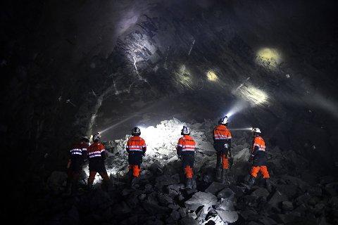 Entreprenørselskapet Skanska har borret seg gjennom fjellet mellom Vågå og Sel. Torsdag var det gjennomslag, ett år tidligere enn beregnet.