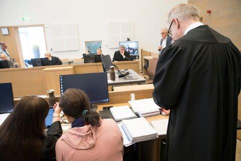 Medforsvarer Ann Turid Bugge, den tiltalte moren og forsvarer Aasmund O. Sandland i tinghuset på Gjøvik da tingretten behandlet saken.