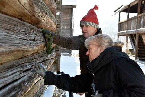 Pensjonert konservator Kirsti Krekling og gardeigar Stig Grytting vil freiste å finne ut kva som gøymer seg bak innfelte trepluggar i dei to eldste husa på Sygard Grytting.