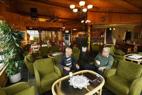 PLANER: Hytteeieren og vennene møtes i foajéen for å planlegge driften av hotellet. Arild Larsen og Tov Westby har mange planer.