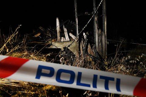 NEDBRENT: Det gamle flishuset brant ned. Mandag kveld gikk politiet fra dør til dør i nabolaget.