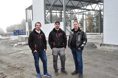 Erland, Kim Arild og Arild Tullut på byggeplassen like vest for Otta.
