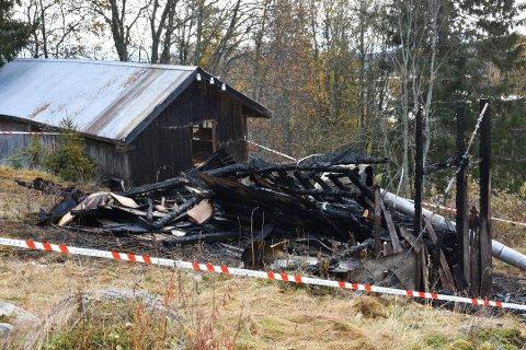 BRANT NED: Et flishus tilhørende et gammelt snekkerverksted brant ned i Mesnali natt til søndag 13. oktober. Brannen er en av tre hendelser i bygda politiet nå ser nærmere på.