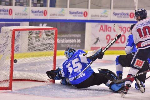 Pucken går forbi Narviks gode keeper Joona Partanen for første gang, sendt av Stephan Vigier, da L.I.K. spilte mot Arctic Eagles i Narvik i oktober.