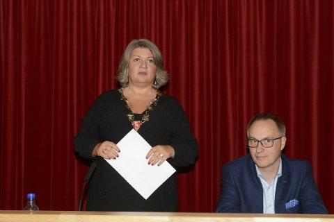 UNDER PRESS: Kommunene er under hardt press. Det  viser kommuneregnskapet for Ringsaker i 2019, sier  Ordfører Anita Ihle Steen (Ap). På bildet ses hun sammen med varaordfører Atle Strand (Ap).