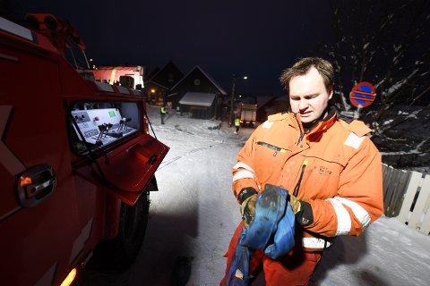 TRAVELT: Ytterligere fire sjåfører ventet på assistanse av Bjørnar Stræte i går kveld. Han ser at mange er for dårlig forberedt på glatt vinterføre.