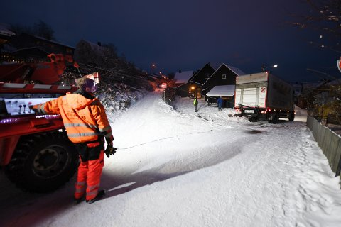 TO GANGER: Klokken halv fem styrte Bjørnar Stræte vinsjen som berget denne lastebilen i Gamlevegen i Lillehammer. Et par timer senere måtte han berge den samme lastebilen på nytt, denne gangen på en gårdsplass på Brøttum.