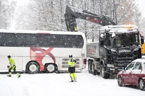 KOLLIDERTE: På stive hjul gled bussen ned Bankgata før den stoppet i lasteplanet på lastebilen.