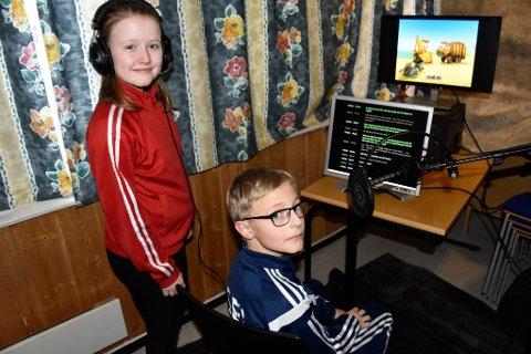 Mari Nygård Lonbakken og Nicklas Ulen leser inn teksten til en serie som skal gå i barne-TV på NRK.