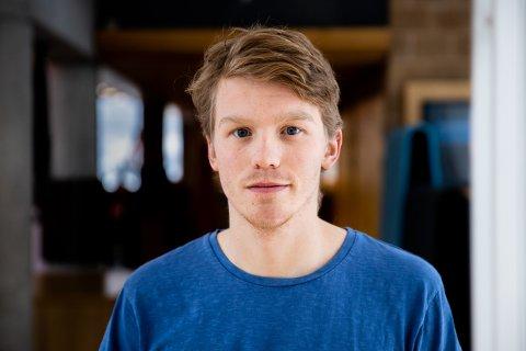 – Med en gang vi åpnet døra, kom det en røyksky inn i leiligheten. Hele gangen var fylt av røyk, sier Ole Kristian Nørholm Lae (21).