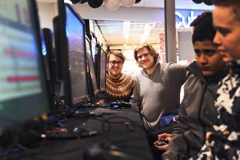 Vetle Rusten (t.v) og Harald Ødegaard fra Otta bruker massevis av timer på å introdusere barn og unge i norddalen til gaming og e-sport. Og de gjør det gratis.