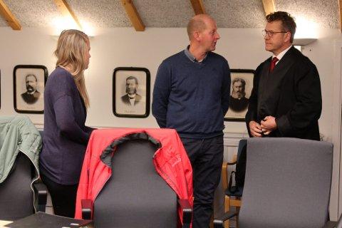 Elin og Thorstein Åmodt med sin prosessfullmektig, advokat Pål S. Jensen.