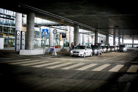 Tross forbud mot å sile passasjerer, opplever passasjerer fortsatt problemer med å få drosje til nærområdene fra Gardermoen.