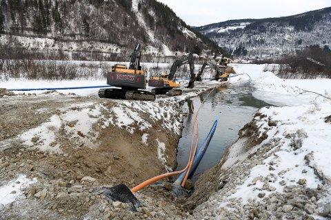Store steiner i elvebunnen av Ottaelva skaper problemer for nytt vannverk på Thoøya nord for Otta. Til nå har det fordyret prosjektet med tre millioner kroner.