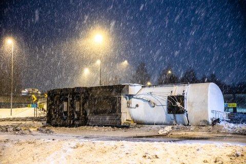 En tankbil kjørte av vegen ved avkjøringen fra E6 ved Strandtorget fredag morgen.