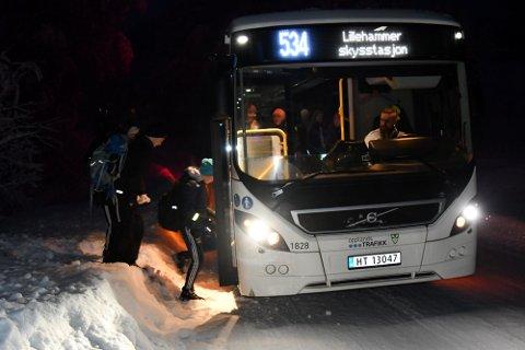 MØRKT OG TRANGT: De tre skoleelevene Paul Nyengen Larsen (13), Mathias Holje (12) og Ramona Nilssen (12) stiger på bussen rett fra brøytekanten.