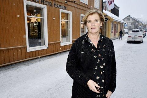BEKYMRET: Daglig leder ved Hotell Hammer ønsker seg heller midlertidige forbud mot parkering om natten.