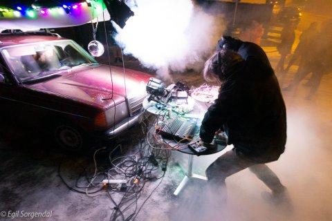Artistene i HotBox holdt en konsert ved Felix pub og scene der en gammel bil av merketMercedes med lydanlegg og effekter var åpen for publikum.